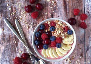 Meggyes smoothie bowl